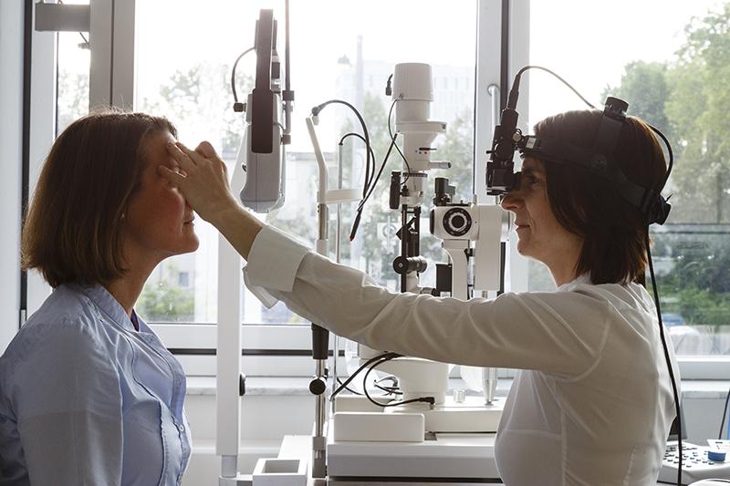 Untersuchung mit dem Kopfophthalmoskop